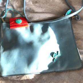 Varetype: skindtaske Størrelse: 25x19 cm Farve: Blå  smart ubrugt taske.  BYTTER IKKE