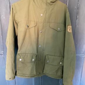 Sælger Fjällräven jakke, har lidt slid på ærmer og lommer, men ellers fin. Kan afhentes på Amager eller sendes.
