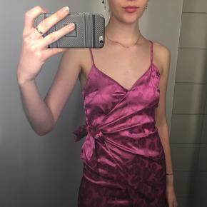 Brugt en gang. Det er en vintage kjole, som er så elegant og smuk💜 🤩 Kjolen kan bindes på to måder-kan ses på billederne.  Stropperne kan også justeres🎀
