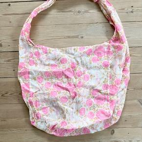 Free People cross body beach bag. Size large. Muslin material. Super lightweight and super strong. Holds all of your essentials.