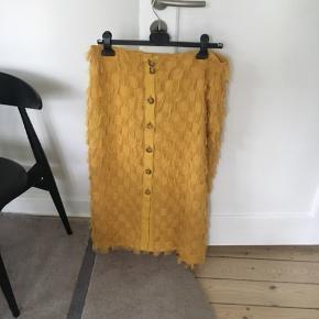 Smuk nederdel fra H&M i str 42  Måler 2 x 44 cm i taljen   84 cm i længden