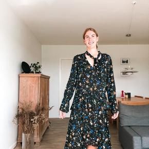 Super fin kjole. Har fine flæser og smukke detaljer. Mærket i nakken er klippet af ellers fejler den ikke noget.   Sender gerne på kæbers regning 🚛  ‼️se gerne mine andre annoncer‼️
