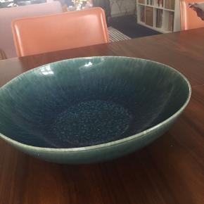 Smukt stort fad fra H&M Home i med petroliumsfarvet glasur. Smukt som pynt eller til en salat. 30 cm i diameter. Fragt betales af køber.