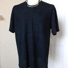 Bluse i sort sælgesm mærket er desværre klippet af men vil tro det er en 46/48 se mål.  Bytter ikke. Brystmål: 60x2 Talje:60x2 Hofter:6ox2 Længde:71 Materiale: 88% Triacetat 12%viscose.  Se også de andre annoncer jeg har i BIB