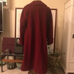 Flot bordeaux uldfrakke i a-facon. God brugt vintagestand. Mindre str. kan også bruge den pga. a-snittet. Muligvis for tung at sende.