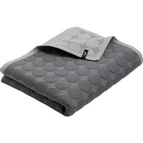 HAY, mega dot, 195x245:  Fint sengetæppe, desværre fejlkøb, da det var for stort. Det er vendbart i to grå farver.
