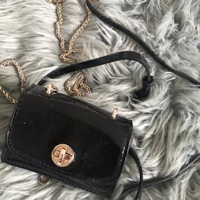 """Fin lille bæltetaske fra Zara, den er mere til """"pynt"""" 💛😊 da der ikke er særligt meget plads i"""