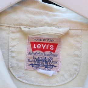 Second hand Levis denimjakke i lys sandfarve. Str M men passer en str L.