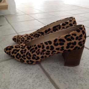 Sælger mine skønne leopard stiletter med blok hæl fra Zara, da jeg desværre ikke kan passe dem længere efter graviditet. Str 37. Pæn stand, eneste tegn på brug er den ene snude som har lidt slid mærker (se billede) samt skoens sæl.  Køber betaler fragt