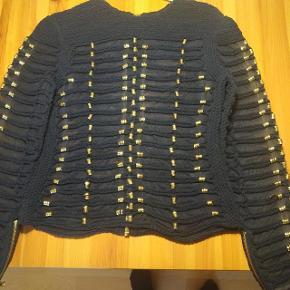Hej  Jeg sælger denne fine trøje fra Balmain x hm, da jeg desværre ikke får dem brugt.  Skriv for flere billeder  Prisen er fast :)