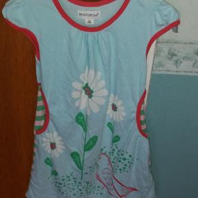 Super fin kjole. Billig pga lille plet ved siden af blomsten (se billede 2). Ses ikke i brug.