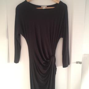 Tætsiddende kjole fra H&M (samme som den på billede, men denne har 3/4-ærmer) i mørkegrå/sort. Mindsteprisen er fast og uden porto.  Se også mine andre annoncer :-)