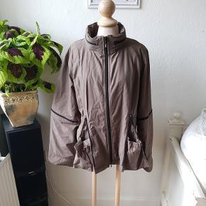 Skøn og sød efterårs jakke med fine lynlås detaljer. Let og blød