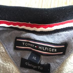 Fed vintage Tommy Hilfiger trøje i en str. XL. Brugt, men ingen tegn på slid! BYD gerne