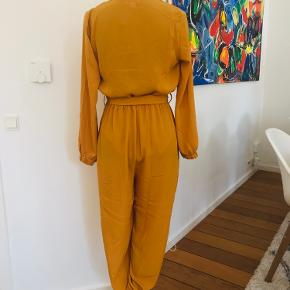 🟡 Karrygul buksedragt med bælte, fra Fashion Nova. Helt ny, aldrig brugt!  Køber betaler eventuel fragt. Befinder sig i 4760 Vordingborg, Ore.