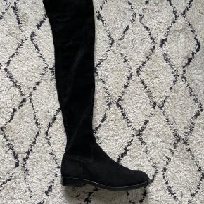 Super flotte ruskindstøvler som er brugt meget få gange. Der er ingen tegn på slid. Skoene går lige over knæet og sidder helt tæt til benene - næsten som et par strømper.