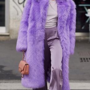 Vildt cool frakke fra Stand til den modige kvinde  Nypris 3500kr Er lige landet i butikkerne  Str. Passer fra 38 til 42