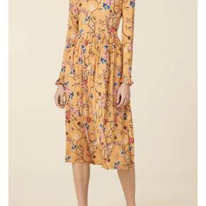 Clarabelle Floral Vine Dress, i blød viscose.  Brugt 2 gange. Super behagelig at have på! Stoffet er kradset lidt op på brystet af en comboy-jakke, prisen er derefter :)
