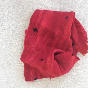Tørklæde, kunsthåndværk fra kunstmuseet i Esbjerg, kogt uld i en skøn rød farve med sorte bomber. Ca 195 x 60