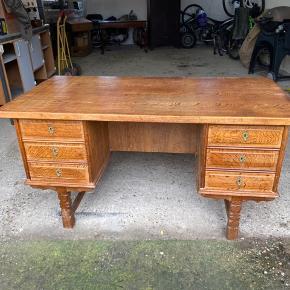 Et super fint skrivebord. 2 facader i flot stil.  Meget tungt bord