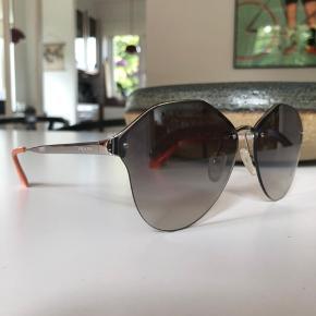 Super fede Prada solbriller med spejlrefleks i glasset.   Medfølger; kvittering (fra Wien Lufthavn, købt november 2017), 2x etui og ubrugt pudseklud.   Nypris 245€/ 1841,- Sælges for 700,-  Sendes på købers regning eller afhentes i Taastrup.