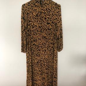 Super fin sort og gul lang kjole fra Ganni. Går lidt op i halsen og med en lynlås bagi.