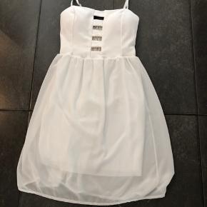 Lækker hvis kjole med mange detaljer  Aldrig brugt dog skyllet op i hånd  Købt for lille  Prisen er fast  Mærke styled in Italy