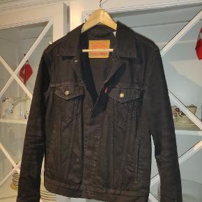 Sælger den her mega fede Levis denim jakke ( ikke vintage ), som altid er en sikker vinder til en hver lejlighed  Den er brugt, men super god stand, ikke rigtig nogen tegn på slid ( ikke ryger hjem )  Kan eventuelt afhentes i Risskov/Aarhus