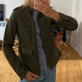 Fin jakke fra H&M. Str. 36. Næsten ikke brugt. Kan ikke huske købspris. Kan afhentes på Nørrebro, sender også gerne. Køber betaler fragt 💚