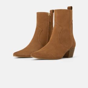 Støvler fra Zara i ruskind - brugt en enkelt gang 😊