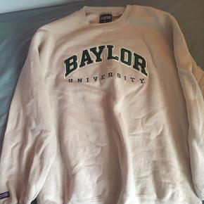 Fed vintage sweater størrelse XL  Der er et hul ved skulderen (kan ses på billedet) derfor sælges den billigt