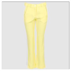 Cropped pants fra Gustav i smukkeste gule farve med Gallon i siden.  Buks har kun været brugt 1 gang. Så ligger som næsten ny.