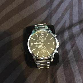 Hey allesammen!  Sælger det her meget brugt ur fra mærket YOURTURN. Til en go 50'er 😊  Kan godt forhandles med siden den er så brugt... 😁   OBS! OBS! OBS! Uret er brugt rigtig meget af mig selv, derfor som i kan se på billederne, har den utallige brugs mærker, den har mange ridser på metallet, men IKKE på glasset selv. uret er sågar begyndt at miste farve ved lænkerne. Og til sidst har jeg dsv slet ikke nogen ekstra lænker til uret (har sku mistet dem 😅)  En evt. løsning til lænkeren, er at bare skrotte dem, og købe en helt ny nato rem, eller en anden form for lænke, så kommer uret til at se næsten helt ny ud 😉  Skriv pb vis i har flere spørgsmål om uret 😁  Tjek også mine andre annoncer på min profil 😉