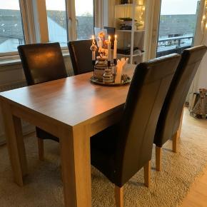 Hej, jeg sælger vores spisebord som vi har haft i næsten 1 år og 6 måneder. Det er af eg og købt i Jysk for 1199 kr. Bordet er i rigtig fin stand, og er et super godt bord til en familie da det er ret stort og solidt. Stolene følger med (der er 6 stk i alt) hvis man ønsker det - de er lidt trætte/slidte enkelte steder, så de trænger til en kærlig hånd 😊 BYD evt gerne på enten eller - eller samlet.