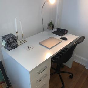 Fint bord med masser af plads.  Næsten som nyt.  110x75x60 Kan hentes i Århus C (Åboulevarden). Sælges pga flytning.
