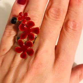 Forgyldt ring med røde blomster og mørkerød sten. Str. M, men ringen er justérbar. Selve blomstersmykket er 4 cm langt.  Meget fin stand.  Kan afhentes i Valby eller sendes via DAO.
