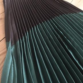 Super fed nederdel fra Akoz de Toi Paris i str. S. Sort med grøn farve.