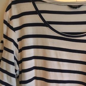 Fin t-shirt kjole med navy farvede striber. Kan også bruges som lang t-shirt. Fejler intet 💐
