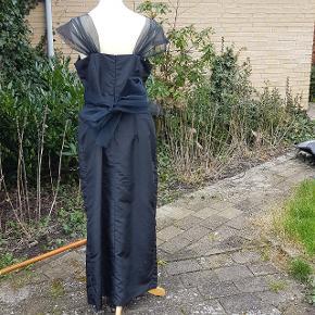 Selskabskjole med for og slids, sløjfe bagpå, som hjælper med at markere taljen.  Der er en lang lynlås i ryggen.  #30dayssellout