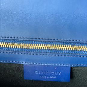 Super cool clutch fra Givenchy i kombination af farverne blå og læder/cognac farvet.
