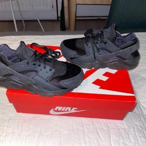 Mega fede sorte sneaks Nike huarache i str. 36,5, som desværre kun er brugt et par gange. Man kan få kassen med hvis man vil🤩