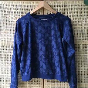 Sweatshirt i mørkeblåt mønster fra Baum und Pferdgarten størrelse medium, kan også passes af en stor small.  Den måler 48 cm. fra armhule til armhule og 52 cm. fra øverste kant og ned  Trøjen er brugt ca. 10-15 gange, men er stadig i fin stand.  Sælger for 200 kr. plus fragt.