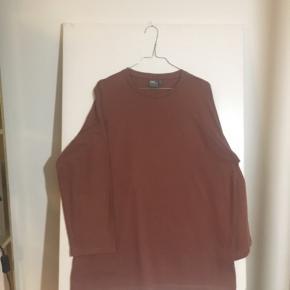 3/4 dele langærmet t-Shirt med rykprint og brodering. Kun brugt og vasket en enkelt gang.