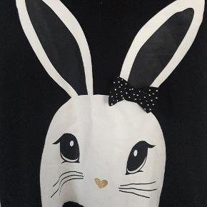 Sød kjole med hætte og kanin fortil