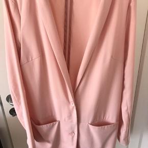 Fin lyserød blazer fra Seduce i størrelsen S/M - perfekt til sommerens fester 🌸. Brugt få gange.