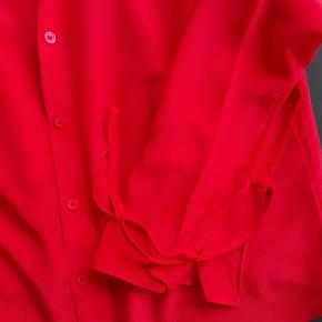 Fra h&m Premium. 100% silke. Brugt 3 gange. Binde detaljer ved ærmerne. Ny pris 599.