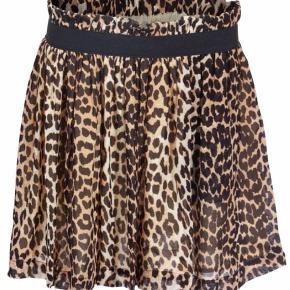 Varetype: Nederdel Farve: Leopard Oprindelig købspris: 800 kr.  Sælger min Leo nederdel fra Ganni. Den er brugt få gange og fremstår derfor som ny. Længde: 45 cm. Livvidde: 2 x 37 cm med elastik  Bytter ikke.  Bud fra 450,-