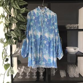 Smuk blå kjole fra ganni sælges!  Brugt en enkelt gang - fremstår som ny!