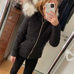 Sælger denne sorte jakke, da jeg har for mange gange. Den er brugt 2 gange, så den er som ny!