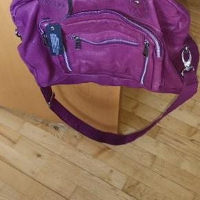 Helt ny og ubrugt Nunoo Mille taske i Lilla Læder sælges sælges  Den kan bruges både som håndtaske eller skuldertaske Der kan nemt være en bærbar computer i tasken plus skole bøger osv  Købskvittering haves ikke da det var en gave